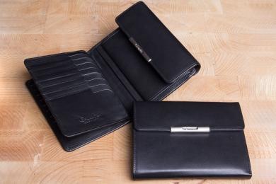 <h5>1228 50</h5><p>Damenbörse in schwarz und rot mit Cardsafe System und RFID - Protect mit 20 Kreditkartenfächern, 4 Ausweisfächern, div. Steckfächern, doppeltem Scheinfach und Münzfach. Maße: 14 x 11 cm</p>