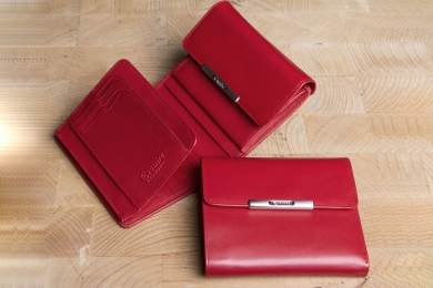 <h5>1220 50</h5><p>Damenbörse in schwarz und rot mit Cardsafe System und RFID - Protect mit 12 Kreditkartenfächern, 2 Ausweisfächern, Steckfach, doppeltem Scheinfach und Münzfach. Maße: 12 x 11 cm</p>