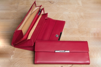 <h5>1243 50</h5><p>Damenlangbörse in schwarz und rot mit RFID - Protect mit 13 Kreditkartenfächern,  Ausweisfach, 4 Steckfächern, 3 Keilfächern und Münzfach mit RV. Maße: 19 x 9,5 cm</p>