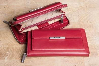 <h5>1963 50</h5><p>Damenlangbörse mit umlaufenden RV in schwarz und rot mit Cardsafe System und RFID - Protect mit 15 Kreditkartenfächern,  Ausweisfach, 3 Steckfächern, 3 Keilfächern, Münzfach und RV -Fach. Maße: 19 x 10 cm</p>