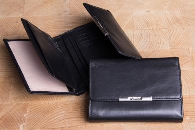 <h5>1268 50</h5><p>Damenbörse in schwarz und rot mit Cardsafe System und RFID - Protect mit 14 Kreditkartenfächern, 2 Ausweisfächern, 6 Steckfächern, doppeltem Scheinfach und Münzfach. Maße: 14 x 10,5 cm</p>