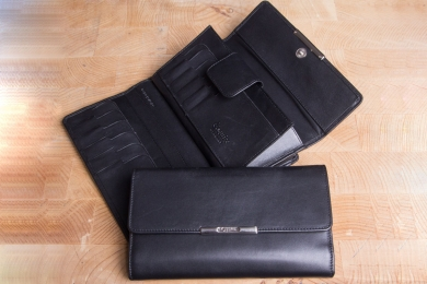 <h5>1261 50</h5><p>Womens wallet in black and red with Cardsafe system and RFID-protect with 16 credit card slots,  identity card comp., 5 clamp comp., gusset comp. and coin comp. with zip. Size: 18 x 10,5 cm</p>