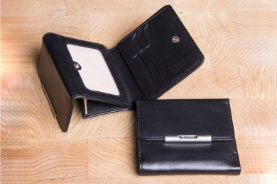 """<h5>0039 50</h5><p>Wallet with """"Vienna box"""" in black and red with RFID-Protect with 7 credit card slots. double billfold and coin compartment with """" Vienna box"""". Size: 10 x 9,5 cm</p>"""