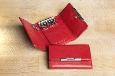 <h5>3976 50</h5><p>Key case in black and red with 6 hooks, clamp compartment, zip compartment and billfold. Size: 7 x 10 cm</p>