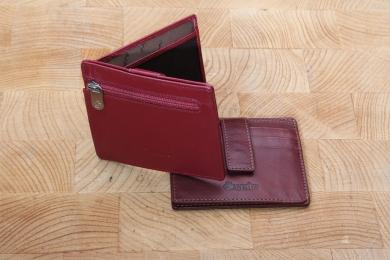 <h5>3051 13</h5><p>Kreditkartenetui in schwarz, rot und braun mit RFID-Schutz, 9 Kreditkartenfächern, Sichtfach und 2 Steckfächern. Maße: 10 x 8,5 cm</p>