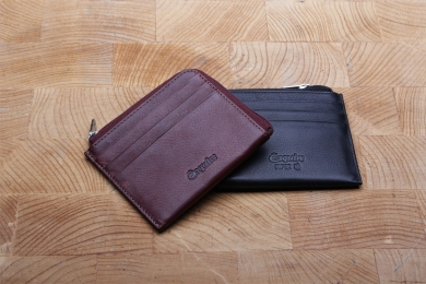 <h5>3054 13</h5><p>Kreditkartenetui in schwarz, rot und braun mit RFID-Schutz, 6 Kreditkartenfächern und Münzfach mit RV. Maße: 10,5 x 9 cm</p>