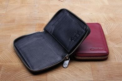<h5>3049 13</h5><p>Kreditkartenetui in schwarz, rot und braun mit RFID-Schutz, 7 Kreditkartenfächern, 2 Steckfächern und Scheinfach. Maße: 8,5 x 11,5 cm</p>