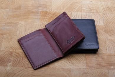<h5>3058 13</h5><p>Kreditkartenetui in schwarz, rot und braun mit RFID-Schutz, 7 Kreditkartenfächern, 2 Steckfächern und Scheinfach. Maße: 8,5 x 11,5 cm</p>