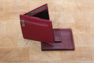 <h5>3051 13</h5><p>Creditcard case in black, red and brown with RFID-Protect, 9 creditcard compartments, transparent compartment and 2 slip pockets. Size: 10 x 8,5 cm</p>