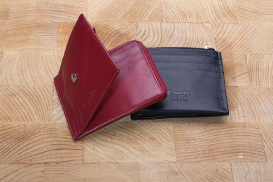 <h5>3055 13</h5><p>Creditcard case in black, red and brown with RFID-Protect, 9 creditcard compartments, transparent compartment and zipped coin compartment. Size: 10,5 x 9,5 cm</p>