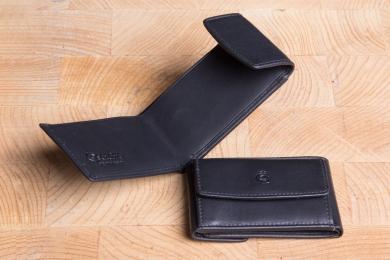 <h5>0005 10</h5><p>Kleine Taschenbörse in schwarz mit Scheinfach für gefaltete Scheine und Münzfach. Maße: 9,5 x 6,5 cm</p>