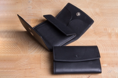 <h5>0112 10</h5><p>Herrenbörse in schwarz mit RFID-Schutz, 4 Kreditkartenfächern, Steckfach, Scheinfach und Münzfach mit Zahlbrett. Maße: 11 x 8 cm</p>