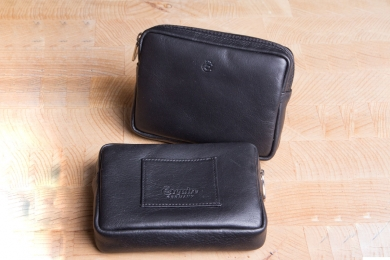 <h5>1901 10</h5><p>Gürteltasche in schwarz mit RV - Fach und Gürtelschlaufe. Maße: 12 x 8,5 cm</p>