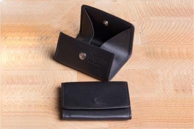 <h5>0008 10</h5><p>Münzbörse Wiener Schachtel in schwarz mit kleiner Wiener Schachtel und Steckfach. Maße: 8 x 6,5 cm</p>