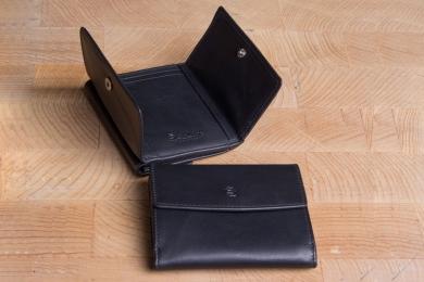 <h5>0018 10</h5><p>Taschenbörse in schwarz mit RFID-Schutz, 4 Kreditkartenfächern,  Steckfach, Scheinfach und Münzfach. Maße: 9,5 x 7,5 cm</p>
