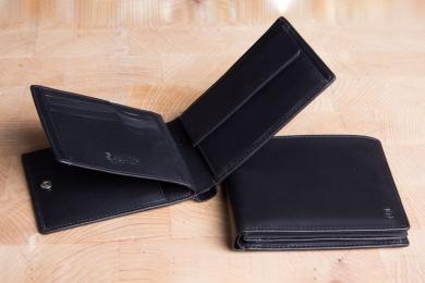 <h5>2244 10</h5><p>Scheintasche in schwarz mit Cardsafe System und RFID-Schutz, 12 Kreditkartenfächern, 5 Ausweisfächern, 2 Steckfächern, Scheinfach und Münzfach. Maße: 12 x 10 cm</p>