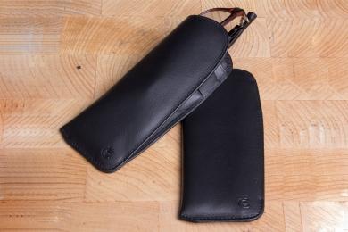 <h5>3080 10</h5><p>Brillenetui in schwarz für Lesebrillen und Lasche für Schreibgerät. Maße: 15 x 6 cm</p>