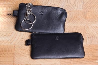 <h5>3390 10</h5><p>Schlüsseletui in schwarz mit 2 Ketten mit Ringen. Maße: 10,5 x 6 cm</p>