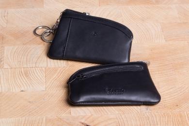<h5>3985 10</h5><p>Schlüsseletui in schwarz und rot mit Kette mit 2 Ringen innen und Kettenring außen. Maße: 11,5 x 8 cm</p>