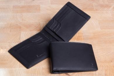 <h5>3925 10</h5><p>Kreditkartenetui in schwarz mit Cardsafe System und RFID-Schutz, 12 Kreditkartenfächern, 4 Steckfächern und Scheinfach. Maße: 12 x 9 cm</p>