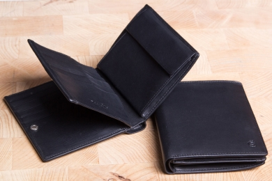 <h5>0476 10</h5><p>Wallet in black with Cardsafe system and RFID-Protect 16 credit card slots, 3 identity card slots, 2 clamp compartments, billfold and coin compartment. Size: 11 x 12 cm																																		</p>