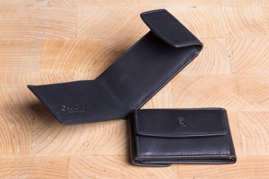 <h5>0005 10</h5><p>Wallet small in black with billfold for folded bills and coin compartment. Size: 9,5 x 6,5 cm																																			</p>
