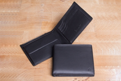 <h5>2294 10</h5><p>Left- Hand wallet in black with Cardsafe system and RFID-Protect, 8 creditcard slots, identity card comp., double billfold with secret comp. and coin comp. Size: 12 x 9,5 cm																																		</p>