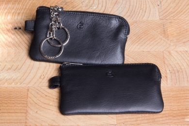 <h5>3390 10</h5><p>Key case in black with 2 chains and rings. Size: 10,5 x 6 cm																																		</p>