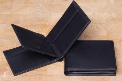 <h5>2244 45</h5><p>Querformatbörse in schwarz mit Cardsafe System und RFID Protect, 8 Kreditkartenfächern, 7 Ausweisfächern, doppeltes Scheinfach und Münzfach. Maße: 12 x 9,5 cm</p>