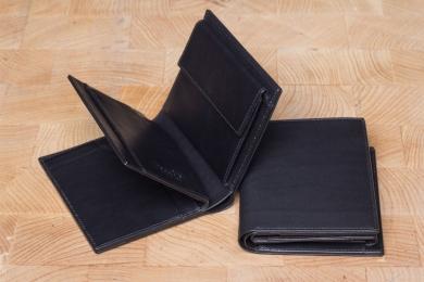 <h5>0458 45</h5><p>Hochformatbörse in schwarz mit Cardsafe System und RFID Protect, 6 Kreditkartenfächern, 6 Steckfächern, doppeltem Scheinfach und Münzfach. Maße: 9 x 11,5 cm</p>