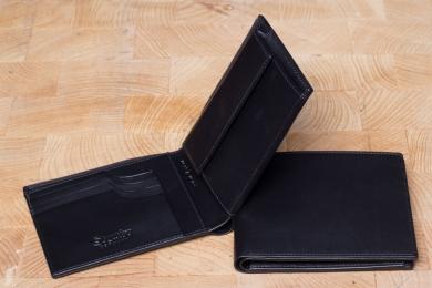 <h5>2295 45</h5><p>Querformatbörse in schwarz mit Cardsafe System und RFID Protect, 4 Kreditkartenfächern, 2 Ausweisfächern, doppeltem Scheinfach und Münzfach. Maße: 12 x 9,5 cm</p>
