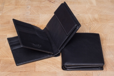 <h5>0476 45</h5><p>Wallet in black with Cardsafe system and RFID-protect, 12 credit card slots, 5 identity card compartment, double billfold and coin comp. Size: 10,5 x 12 cm</p>