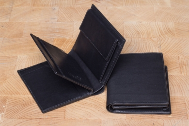 <h5>0458 45</h5><p>Wallet in black with Cardsafe system and RFID-protect, 6 credit card slots, 6 clamp comp., double billfold and coin comp. Size: 9 x 11,5 cm</p>