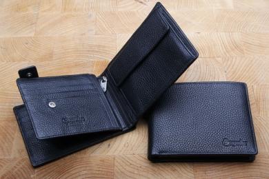 <h5>2245 05</h5><p>Scheintasche in schwarz mit 12 Kreditkartenfächern,  Sichtfach, 7 Ausweisfächern, RV- Fach, doppeltem Scheinfach und Münzfach. Maße: 12,5 x 9,5 cm</p>