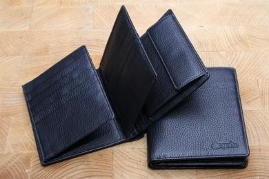 <h5>0484 05</h5><p>Hochformatbörse in schwarz mit 13 Kreditkartenfächern, 2 Sichtfächern, 5 Ausweisfächern, Steckfach, RV- Fach, doppeltem Scheinfach und Münzfach. Maße: 9,5 x 12,5 cm</p>
