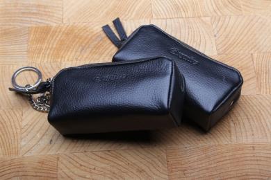 <h5>3279 05</h5><p>Schlüsseletui in schwarz, rot und royal mit 2 Schlüsselketten. Maße: 10,5 x 5,5 cm</p>