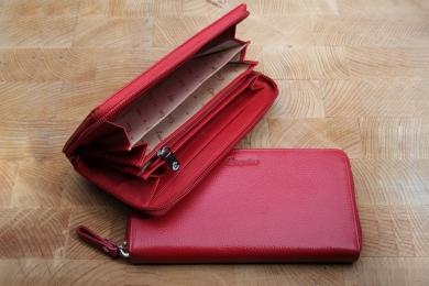 <h5>1961 05</h5><p>Damenbörse in schwarz, rot und royal mit 15 Kreditkartenfächern,  Sichtfach, 5 Steckfächern und Münzfach mit RV. Maße: 19 x 9 cm</p>
