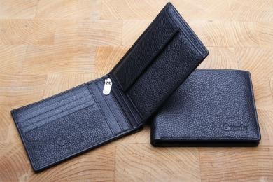 <h5>2992 05</h5><p>Scheintasche in schwarz mit 8 Kreditkartenfächern, 2 Ausweisfächern, Steckfach, RV- Fach, doppeltem Scheinfach und Münzfach. Maße: 12 x 9 cm</p>
