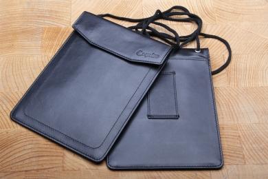 <h5>1905 02</h5><p>Brustbeutel in schwarz mit Steckfach für Pass, Gürtelschlaufe und Kordel. Maße: 11,5 x 15,5 cm</p>