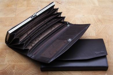 <h5>1137 02</h5><p>Damenbügelbörse in schwarz, braun und rot mit 7 Kreditkartenfächern, Sichtfach,  2 Ausweisfächern, 7 Steckfächern, RV-Fach und doppeltem Münzfach mit Bügel. Maße: 18 x 10 cm</p>