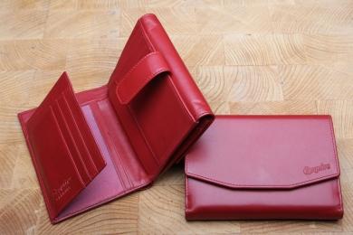 <h5>1281 02</h5><p>Damenbörse in schwarz, braun und rot mit 13 Kreditkartenfächern,  3 Sichtfächern, 6 Ausweisfächern,  Steckfach, doppeltem Scheinfach und doppeltem Münzfach. Maße: 14 x 10 cm</p>