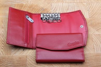 <h5>3970 02</h5><p>Schlüsseletui in schwarz und rot mit 3 Steckfächern, 2 Schlüsselketten und RV - Rückfach. Maße: 11 x 7,5 cm</p>
