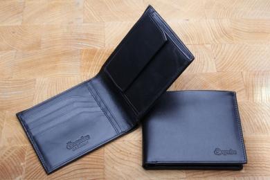 <h5>2237 02</h5><p>Scheintasche in schwarz mit 8 Kreditkartenfächern, 3 Ausweisfächern,  Steckfach, doppeltem Scheinfach und  Münzfach Wiener Schachtel. Maße: 11,5 x 9,5 cm</p>