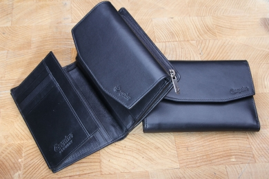 <h5>1268 02</h5><p>Wallet in black and red with 11 credit card slots, 3 net comp., 3 identity card comp., clamp comp.,  double billfold and coin comp. with zip. Size: 14 x 10 cm</p>