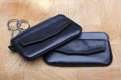 <h5>3997 02</h5><p>Key Case with Zip in black and red with 2 key chains and zip front compartment. Size: 12,5 x 7 cm</p>