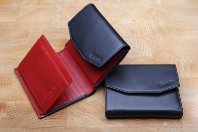 <h5>1278 02</h5><p>Wallet in black - red with 12 credit card slots,net comp., 5 identity card comp., clamp comp.,double billfold and coin comp. Size: 12 x 10 cm</p>
