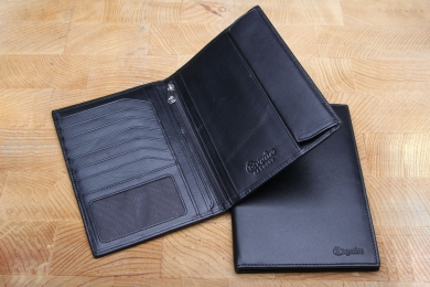 <h5>5522 02</h5><p>Billfold in black with 4 credit card slots, net comp., 5 clamp comp., zip comp., and removeable cover for 2 id´s. Size: 11,5 x 17 cm</p>