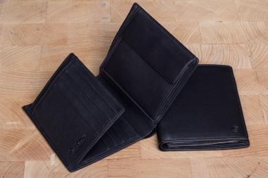 <h5>0964 11</h5><p>Hochformatbörse in schwarz mit RFID-Schutz, 12 Kreditkartenfächern, Sichtfach, 3 Steckfächern, doppeltem Scheinfach und Münzfach. Maße: 10,5 x 12 cm</p>