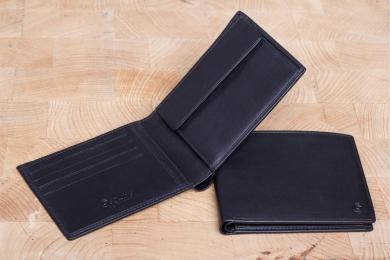 <h5>2297 11</h5><p>Scheintasche in schwarz mit RFID-Schutz, 8 Kreditkartenfächern, 2 Steckfächern, doppeltem Scheinfach und Münzfach. Maße: 12 x 9,5 cm</p>