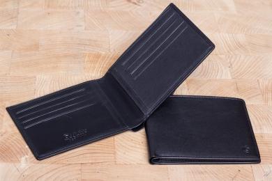 <h5>3025 11</h5><p>Kreditkartenetui in schwarz mit RFID-Schutz, 12 Kreditkartenfächern, 4 Steckfächern und doppeltem Scheinfach. Maße: 12 x 9,5 cm </p>